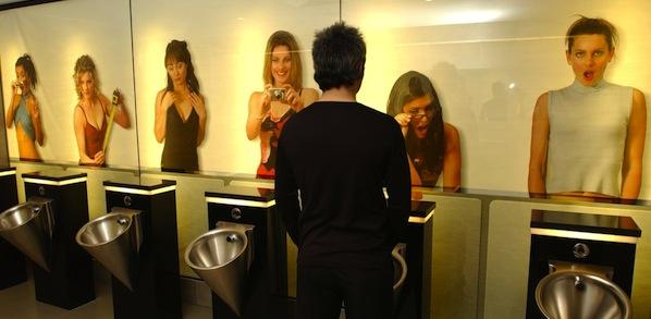 Des toilettes et des hommes