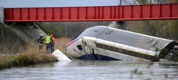 Photo : le TGV de test dans le canal Rhin-Rhône suite au déraillement du 14 novembre 2015 (crédit photo DNA)
